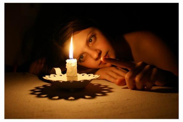 Свеча у девушки между ног фото 1 фотография