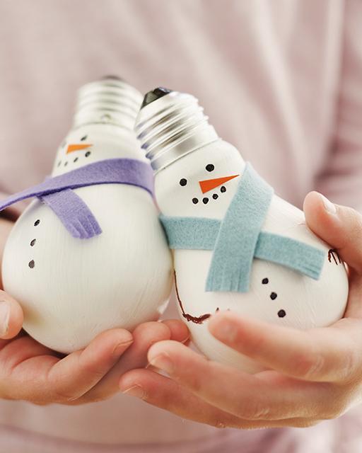 Как сделать снеговика своими руками из лампочек